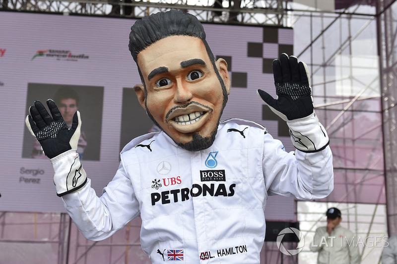 Кукла Льюиса Хэмилтона, Mercedes AMG F1