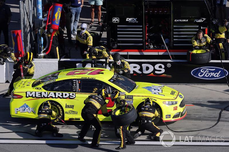 Ryan Blaney, Team Penske Ford Fusion pit stop