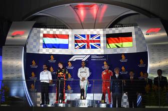 Max Verstappen, Red Bull Racing, Lewis Hamilton, Mercedes AMG F1 e Sebastian Vettel, Ferrari, sul podio
