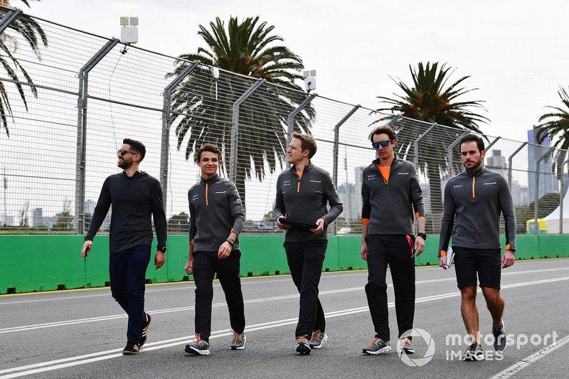 Lando Norris, McLaren, ispeziona il circuito con il suo team