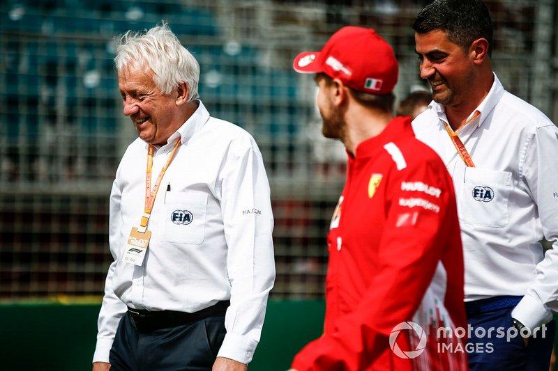 Charlie Whiting, director de carrera de la FIA, con Sebastian Vettel este mismo miércoles en Australia