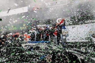 #10 Wayne Taylor Racing Cadillac DPi: Renger Van Der Zande, Jordan Taylor, Fernando Alonso, Kamui Kobayashi, fêtent leur victoire sur le podium