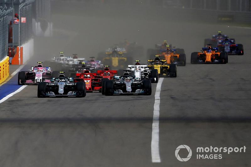 Valtteri Bottas, Mercedes-AMG F1 W09 et Lewis Hamilton, Mercedes-AMG F1 W09 mènent au départ