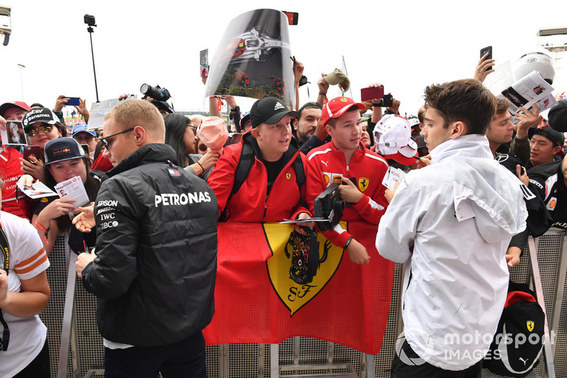 Valtteri Bottas, Mercedes AMG F1 e Charles Leclerc, Sauber, firmano autografi ai tifosi