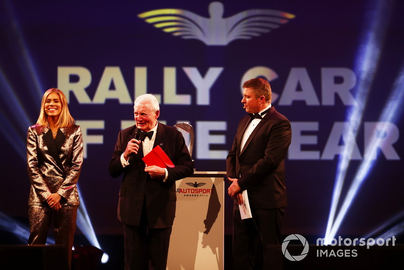 "Paddy Hopkirk sul palco per presentare il ""Rally Car of the Year award"""