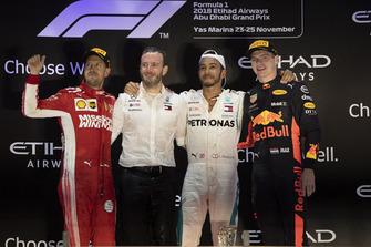 Sebastian Vettel, Ferrari, Bradley Lord, directeur de la communication Mercedes-Benz Motorsport, Lewis Hamilton, Mercedes AMG F1 et Max Verstappen, Red Bull Racing sur le podium