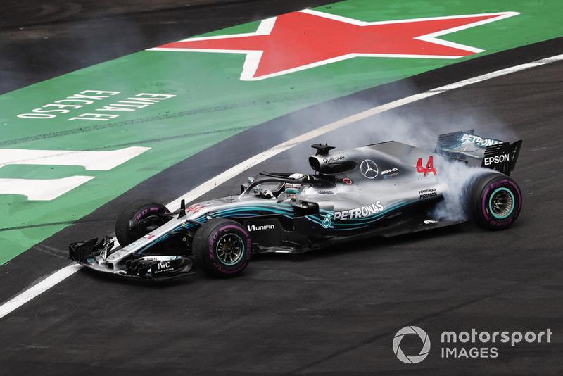 Lewis Hamilton, Mercedes AMG F1 W09 EQ Power +, realiza una dona mientras celebra ganar su quinto Campeonato Mundial