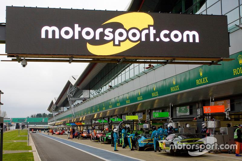 Баннер Motorsport.com над пит-лейном