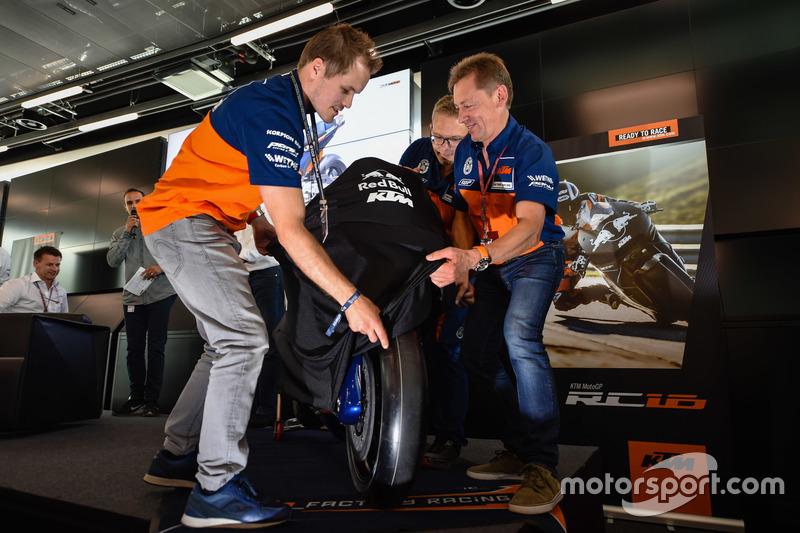 Mika Kallio, Sebastian Risse e Mike Leitner svelano la KTM MotoGP