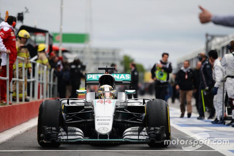 Переможець гонки Льюїс Хемілтон, Mercedes AMG F1 W07 Hybrid, заїжджає в закритий парк