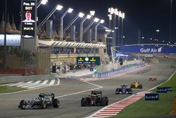 Nico Rosberg, Mercedes AMG F1 Team W07 en Stoffel Vandoorne, McLaren MP4-31