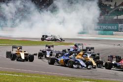 Marcus Ericsson, Sauber C35 al comienzo de la carrera con Kevin Magnussen, Renault Sport F1 Team RS1