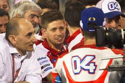 Кейси Стоунер поздравляет Андреа Довициозо со вторым местом, Ducati Team