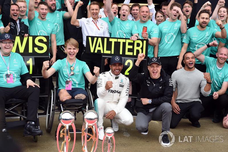 Ganador de la carrera Lewis Hamilton, Mercedes AMG F1 celebra con su hermano Nick Hamilton, Valtteri
