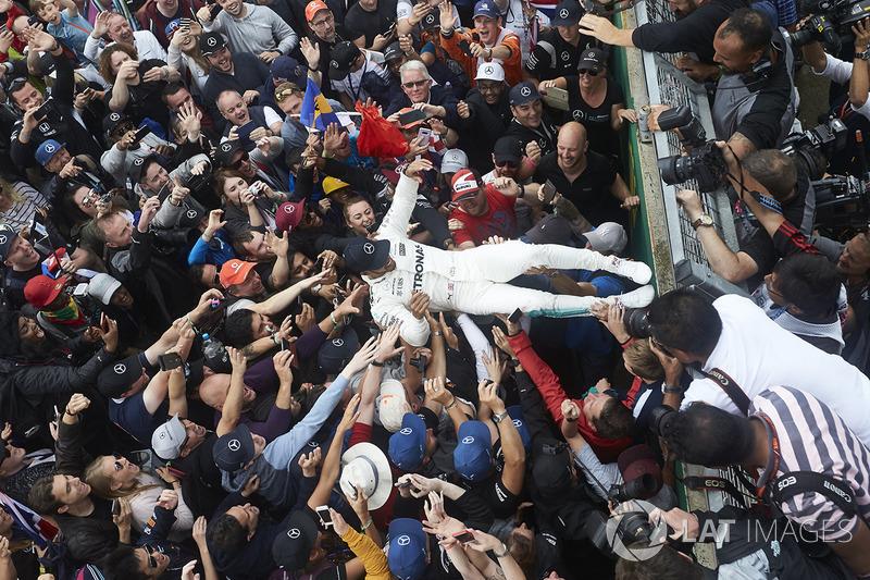 Ganador de la carrera Lewis Hamilton, Mercedes AMG F1, celebra con los aficionados después de ganar la carrera