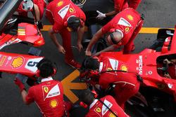 Mecánicos de Ferrari hacen un pitstop de práctica