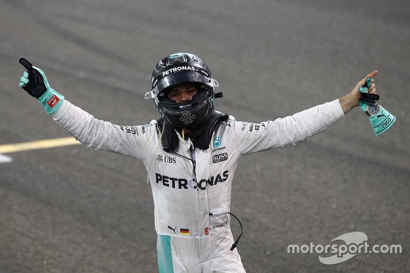 Друге місце Ніко Росберг, Mercedes AMG F1 W07 Hybrid, святкує свій титул Чемпіона світу після закінч