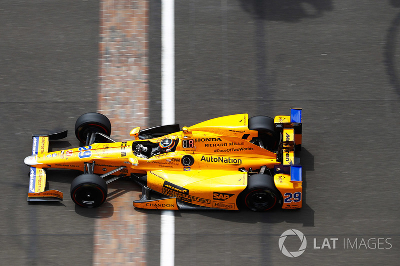 Mas houve um refresco em maio, quando Alonso foi escalado para disputar as 500 Milhas de Indianápolis. O espanhol andou bem, liderou, mas, ironicamente, abandonou com um motor quebrado.