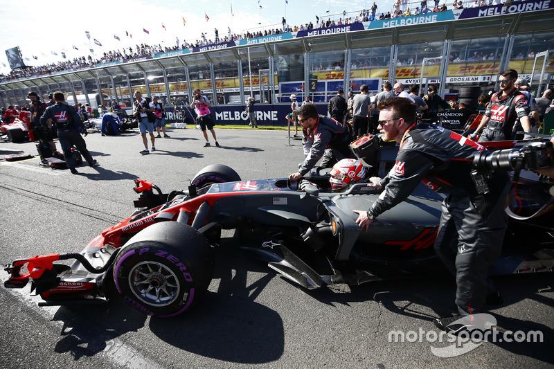 Kevin Magnussen, Haas F1 Team VF-17, arrives on the grid