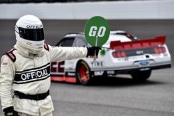 Oficial de NASCAR y Joey Logano, Team Penske Ford