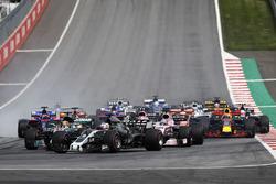 Romain Grosjean, Haas F1 Team VF-17, a midfield pack of Lewis Hamilton, Mercedes AMG F1 W08 and Sergio Perez, Sahara Force India F1 VJM10. Mercedes nd th