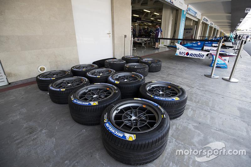 Reifen vor der Box vom Amlin Andretti Formula E Team