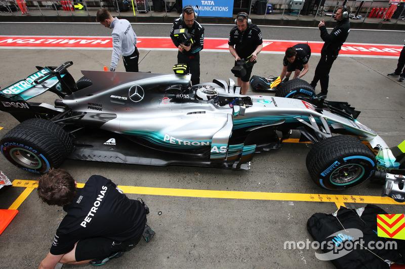 Valtteri Bottas, Mercedes AMG F1 W08, stops outside his garage