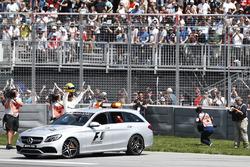 Lewis Hamilton, Mercedes AMG F1, mit Helm von Ayrton Senna als Geschenk zur 65. Pole-Position