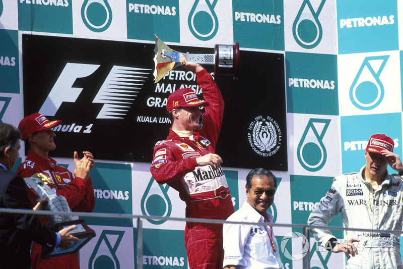 Podyum: Yarış galibi Eddie Irvine, Ferrari, 2. Michael Schumacher, 3. Mika Hakkinen, McLaren