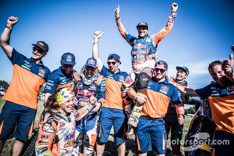 #19 KTM Racing Team: Laia Sanz, #14 Red Bull KTM Factory Racing: Sam Sunderland and #16 Red Bull KTM Factory Racing: Matthias Walkner celebrate with the team
