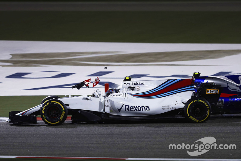 Lance Stroll, Williams FW40, choca con Carlos Sainz Jr., Scuderia Toro Rosso STR12