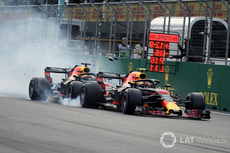 Choque de Max Verstappen, Red Bull Racing RB14 y Daniel Ricciardo, Red Bull Racing RB14