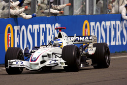 Tercer lugar Nick Heidfeld, BMW Sauber F1.06 cruza la meta