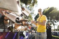 Nico Hulkenberg, Renault Sport F1 Team firma autógrafos