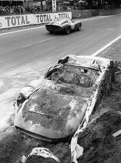 John Surtees ve Willy Mairesse'nin yanmış #0812 Ferrari 250P'sinin yanından geçen #4293GT, Jean Beurlys, Gerard Langlois von Ophem, Ferrari 250 GTO