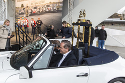 Porsche erhält Siegerpokal der 24h Le Mans 2017