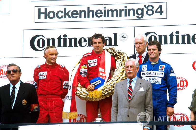 Podio: ganador de la carrer Alain Prost, segundo lugar Niki Lauda, tercer lugar Derek Warwick