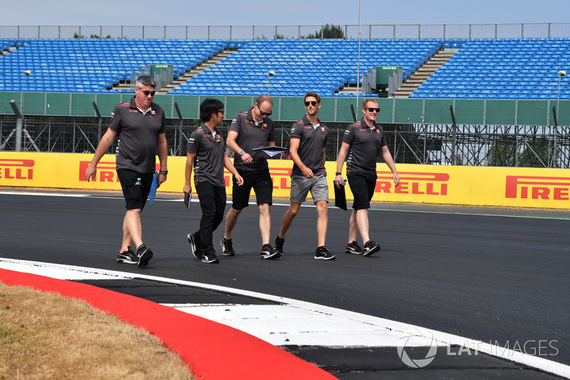 Romain Grosjean, Haas F1 Team, cammina lungo il circuito