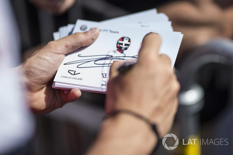 Charles Leclerc, Sauber firma autógrafos para los fanáticos