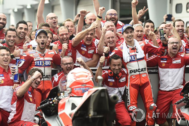 El equipo Ducati celebra el doblete de Malasia