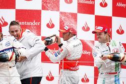 Podium : le vainqueur Lewis Hamilton, McLaren MP4-23, le deuxième Nick Heidfeld, BMW Sauber F1.08, le troisième Rubens Barrichello, Honda RA108, et Martin Whitmarsh, directeur général, McLaren Group