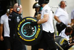 Un mécanicien Mercedes avec un pneu tendre Pirelli