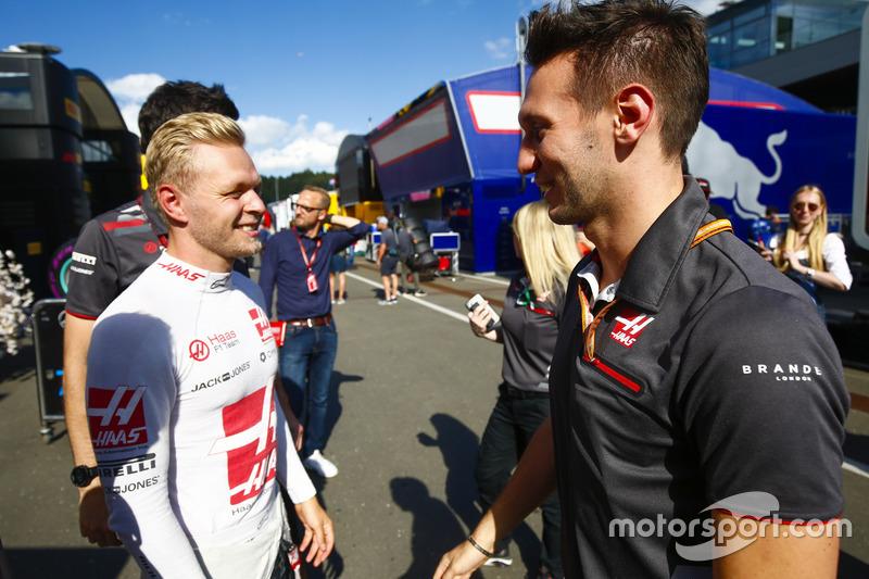 Kevin Magnussen, Haas F1 Team, fête son résultat avec un ingénieur