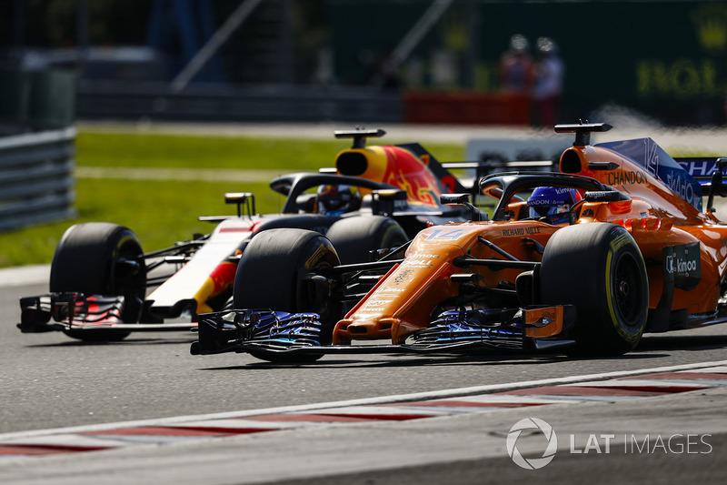 Fernando Alonso, McLaren MCL33, Daniel Ricciardo, Red Bull Racing RB14