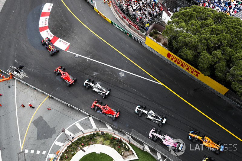Daniel Ricciardo, Red Bull Racing RB14, leads Sebastian Vettel, Ferrari SF71H, Lewis Hamilton, Mercedes AMG F1 W09, Kimi Raikkonen, Ferrari SF71H, Valtteri Bottas, Mercedes AMG F1 W09, Esteban Ocon, Force India VJM11, and Fernando Alonso, McLaren MCL33, at