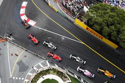 Даниэль Риккардо, Red Bull Racing RB14, Себастьян Феттель, Ferrari SF71H, Льюис Хэмилтон, Mercedes AMG F1 W09, и Кими Райкконен, Ferrari SF71H, Валттери Боттас, Mercedes AMG F1 W09, Эстебан Окон, Sahara Force India F1 VJM11, и Фернандо Алонсо, McLaren MCL33