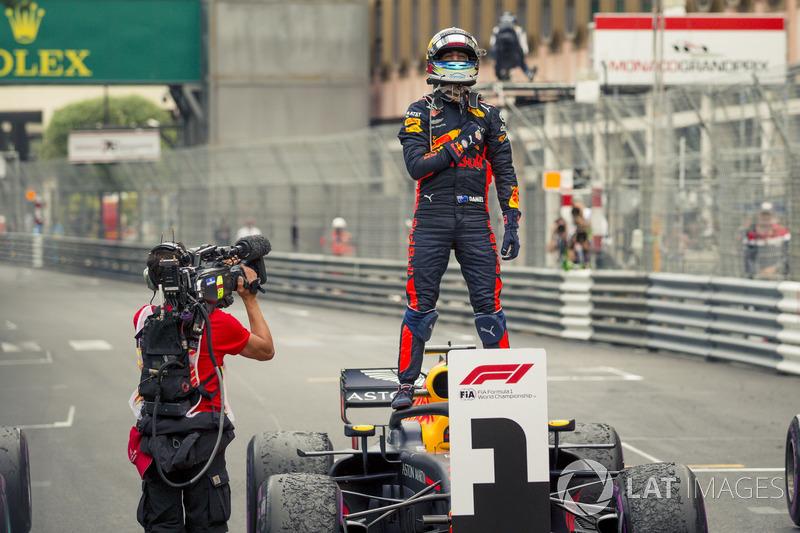 El ganador de la carrera Daniel Ricciardo, Red Bull Racing RB14 celebra en parc ferme
