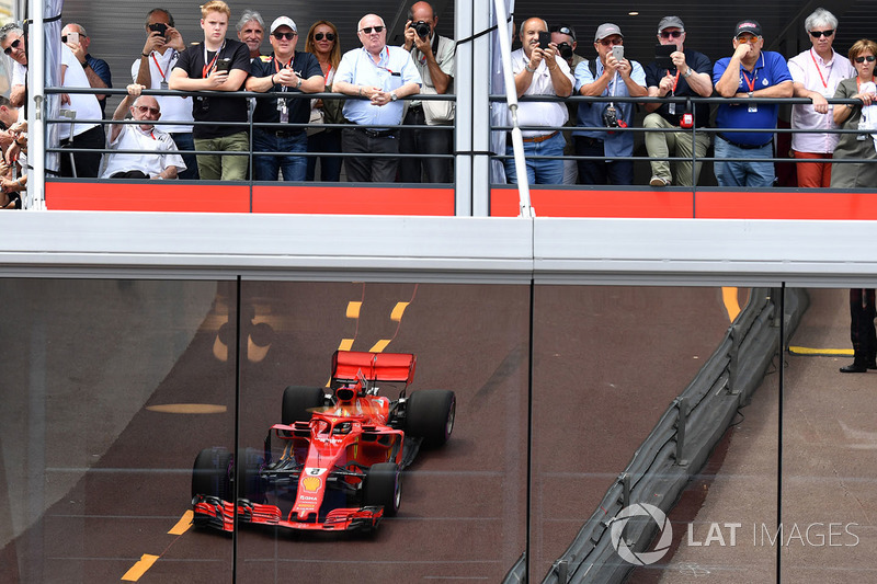 Tifosi e il riflesso di Sebastian Vettel, Ferrari SF71H