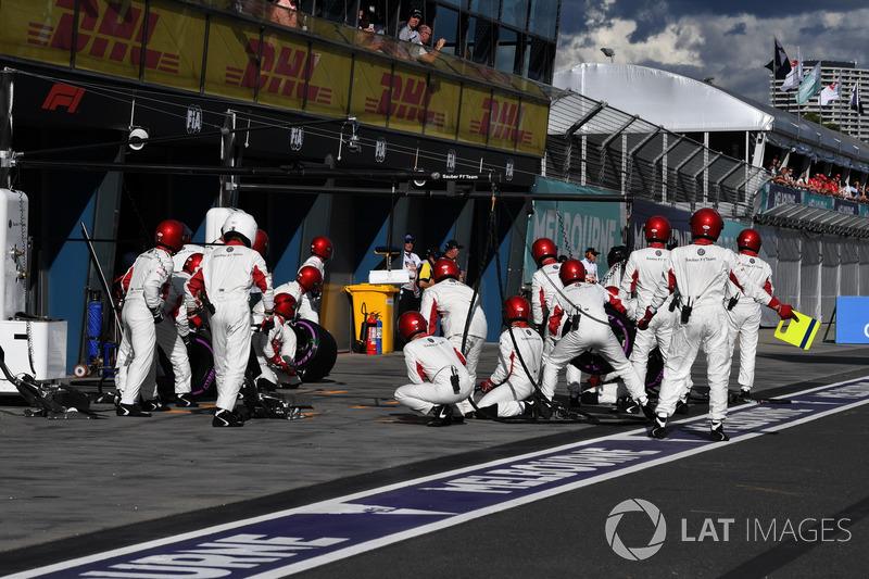 Sauber mechanics prepare for a pit stop