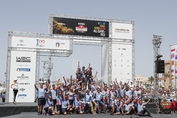 Los ganadores Thierry Neuville, Nicolas Gilsoul, Hyundai Motorsport Hyundai i20 Coupe WRC con el equipo